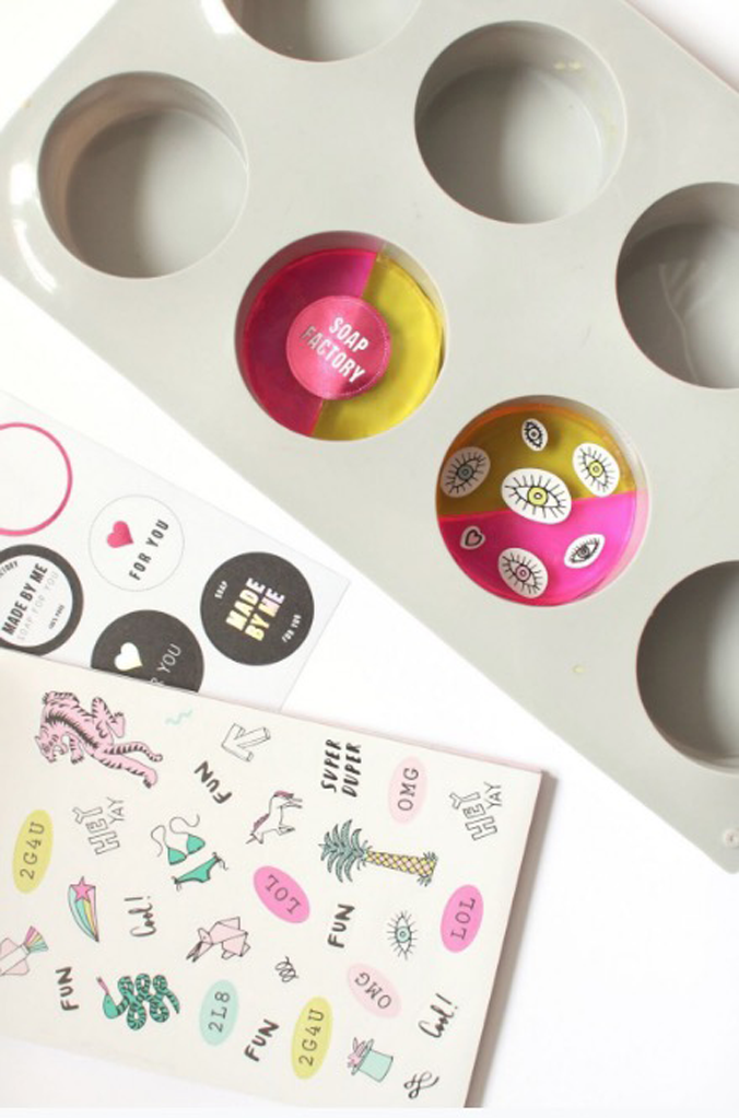 créer-savon-flashy-stickers-tendance-diy